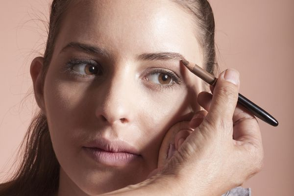 woman filling in eyebrows